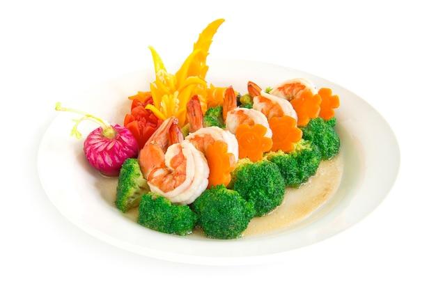 Broccoli roergebakken met garnalen en wortelen decoreren