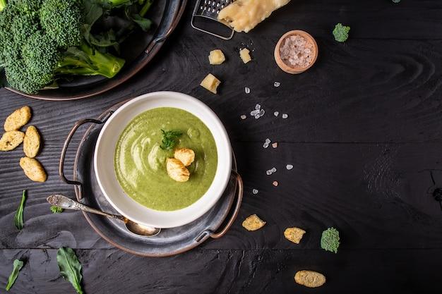 Broccoliroomsoep op donkere achtergrond, banner, recept van het cateringmenu