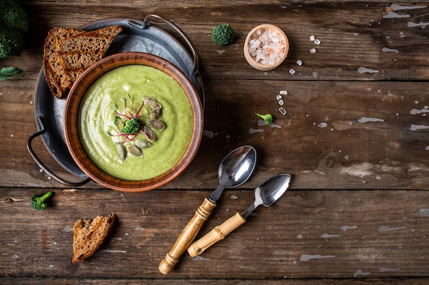 Broccoliroomsoep, veganistisch, vegetarisch eten, veganistische soeppuree van groene groenten