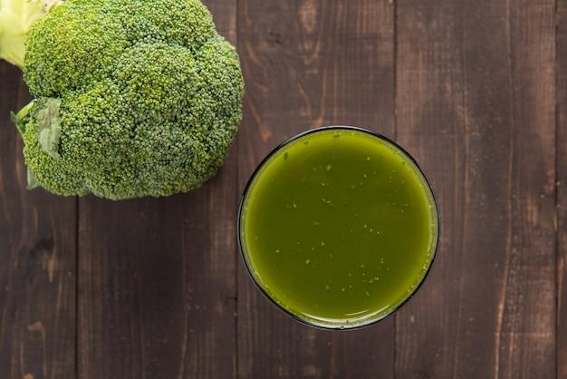 Broccolisap op houten lijst.