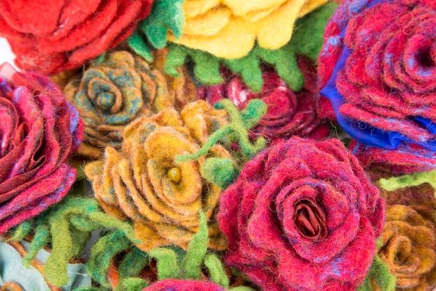 Broche van volle wol in de vorm van bloemenclose-up