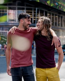 Broederschap mannen lopen op straat