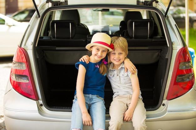 Broer en zus bereiden zich voor op de reis op een zonnige dag