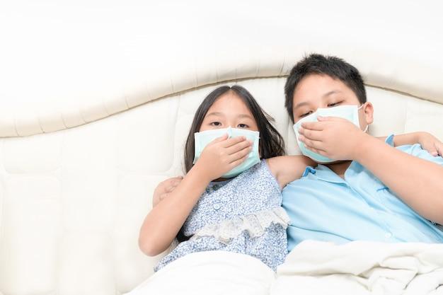 Broer en zus dragen chirurgisch masker om covid-19 te beschermen,