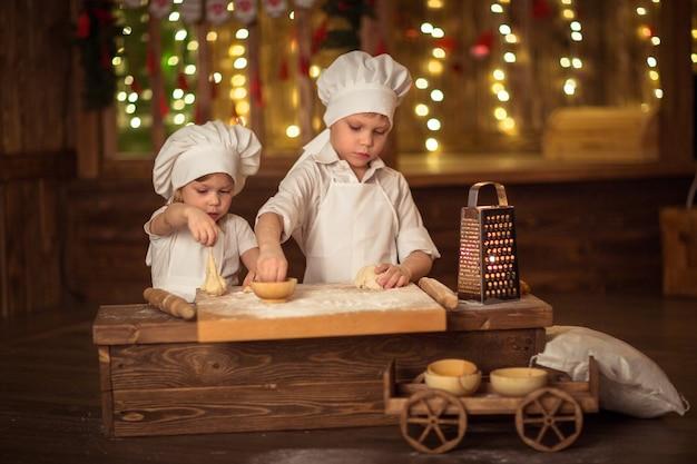 Broer en zus gebakken, het deeg is uitgerold