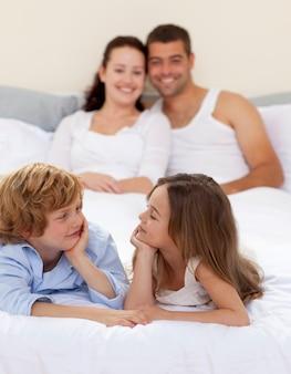 Broer en zus in bed met haar ouders