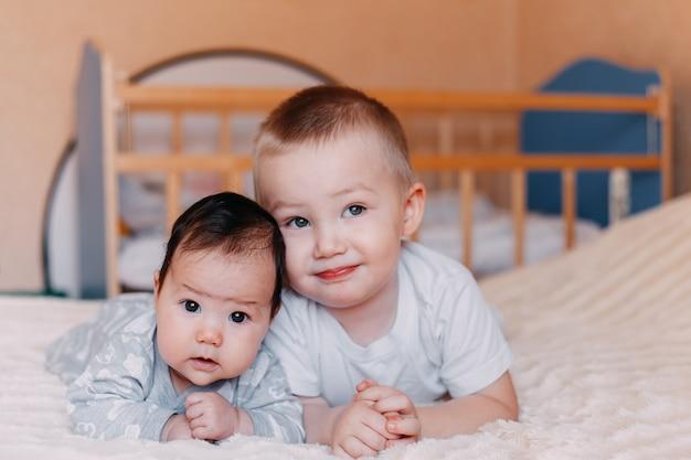 Broer en zus liggen bij, familieliefde, jonger en ouder