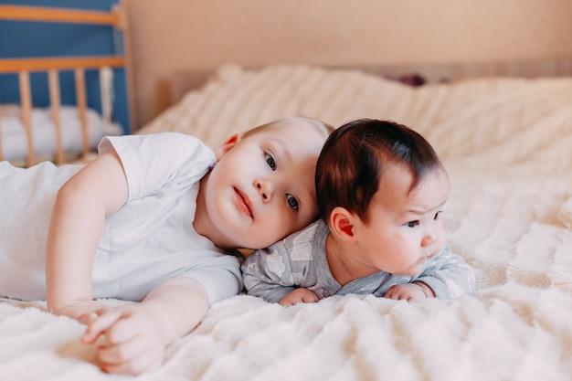 Broer en zus liggen erbij