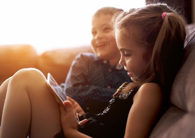 Broer en zus met plezier met games op zoek gelukkig