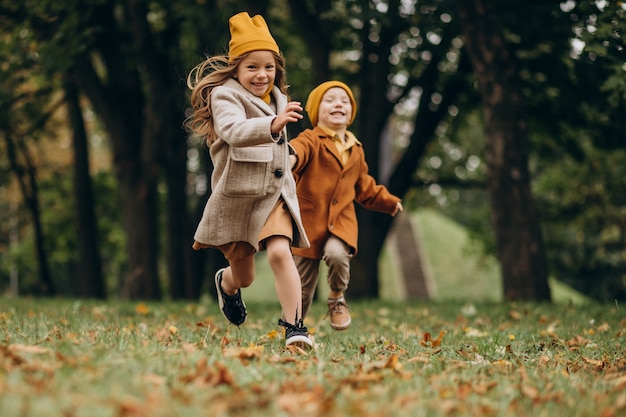 Broer en zus samen plezier in park