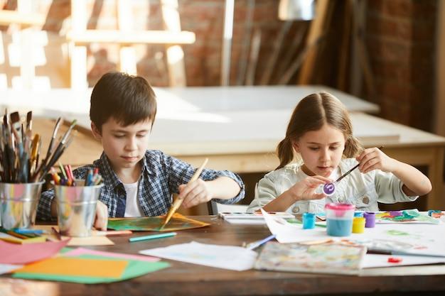 Broer en zus schilderen