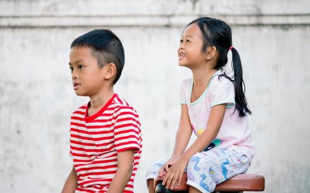 Broer en zus speelden samen in het park, gelukkig concept samen.