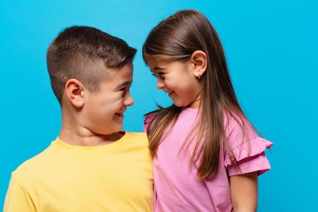 Broer en zus spelen met blije uitdrukking
