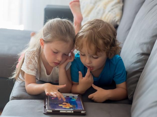 Broer en zus spelen samen op tablet