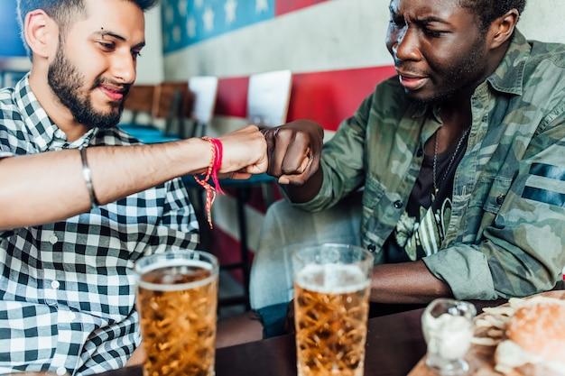 Broer foto van twee mannen geven elkaar een hand.