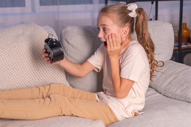 Broer maakt zus wakker met wekker belt luid en wil niet opstaan voor school