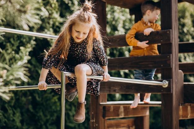 Broer met zus plezier in de achtertuin