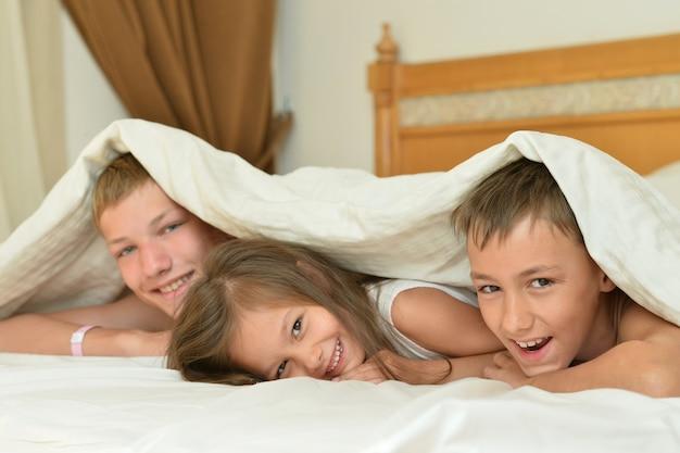 Broers en zusje in bed met tablet pc