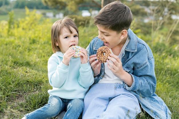 Broers en zussen die samen donuts eten