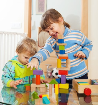Broers en zussen die samen met speelgoed spelen