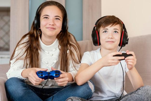 Broers en zussen die thuis spelletjes spelen