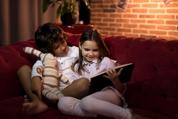 Broers en zussen lezen samen een boek
