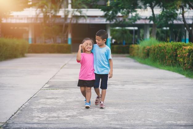 Broers en zussen lopen hand in hand