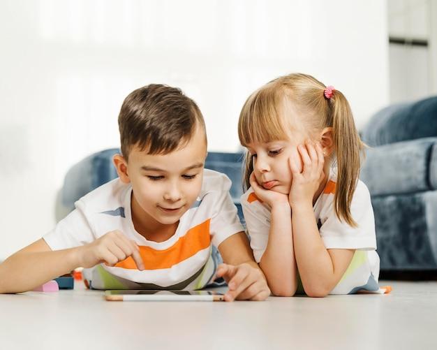 Broers en zussen met behulp van een digitale tablet