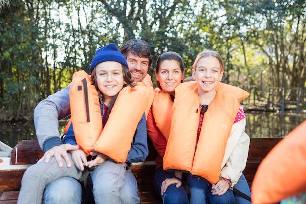Broers en zussen met hun ouders buiten genieten
