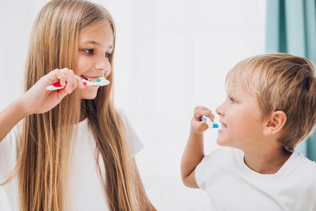Broers en zussen poetsen hun tanden