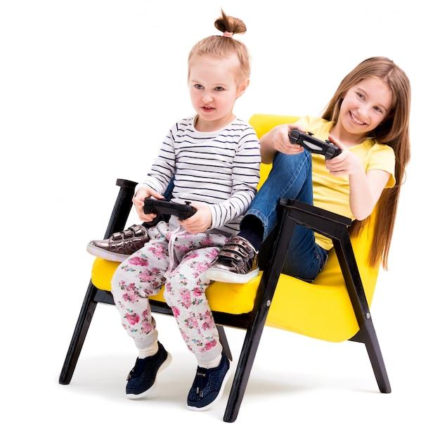 Broers en zussen spelen gevechten met joystick