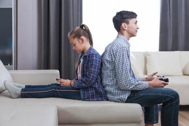 Broers en zussen spelen in de woonkamer