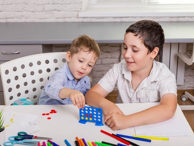 Broers en zussen spelen thuis samen