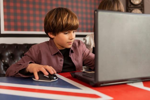 Broers en zussen thuis met behulp van laptop