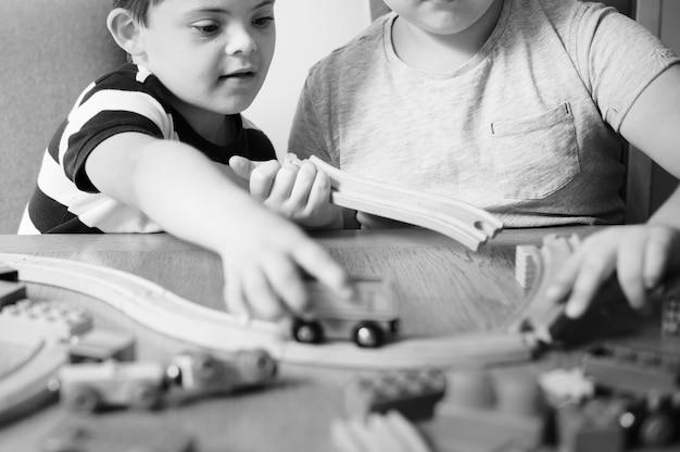 Broers spelen met blokken, treinen en auto's