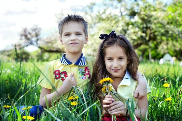 Broertje en zusje in het park.