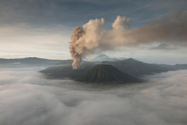 Bromo-uitbarstingsvulkaan bij zonsopgang, het nationale park van tengger semeru, oost-java, indonesië