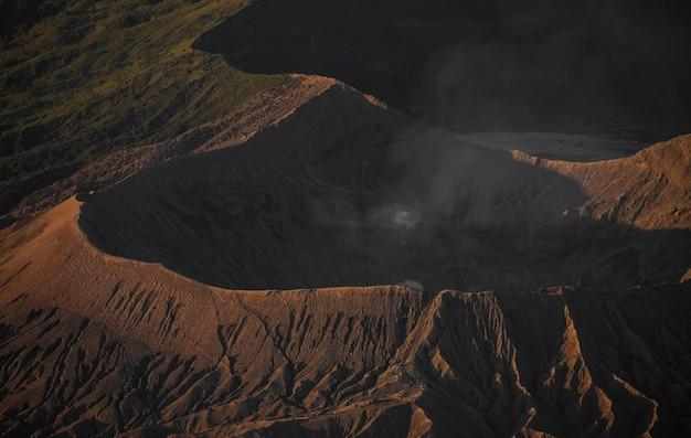 Bromo-vulkaanuitzicht en rook vuren niet een beetje