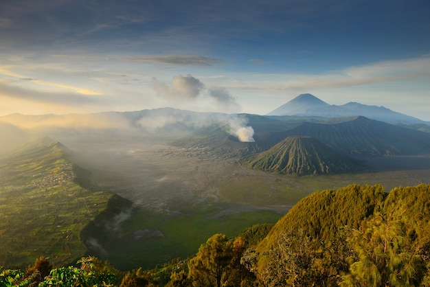 Bromovulkaan bij zonsopgang, het nationale park van tengger semeru, oost-java, indonesië