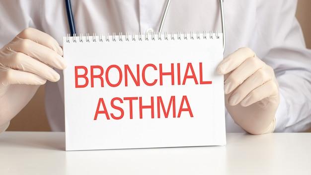 Bronchiale astma-kaart in handen van arts