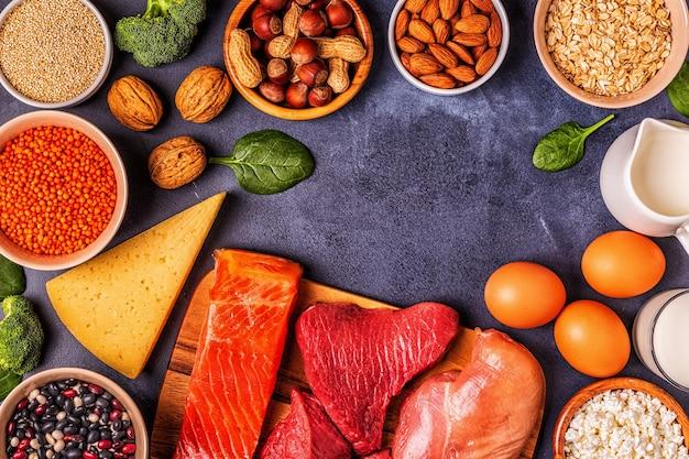 Bronnen van gezonde eiwitten - vlees, vis, zuivelproducten, noten, peulvruchten en granen.