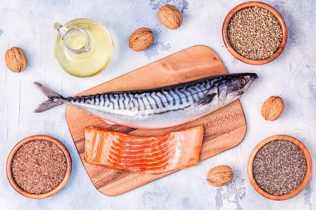 Bronnen van omega 3 - makreel, zalm, lijnzaad, hennepzaad, chia, walnoten, lijnzaadolie. gezond eten concept. bovenaanzicht met kopie ruimte.