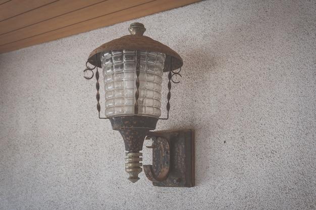 Bronsdecoratie van moderne stijl lampen en lampenkappen tegen donkere muur