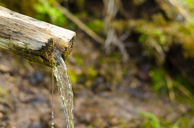 Bronwater met houten kanaal. .