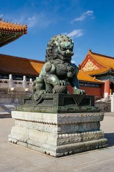 Bronze lions, the palace museum in de verboden stad, china. bejing heldere zon dag.