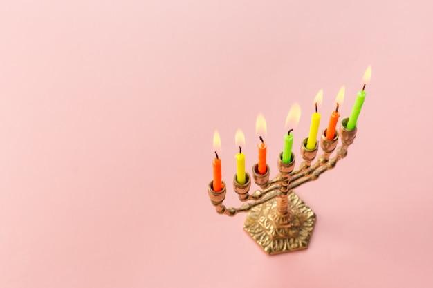 Bronzen chanoeka menorah met brandende kaarsen