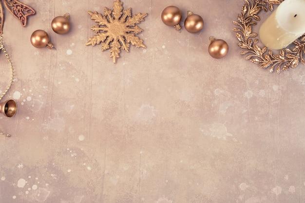 Bronzen kerstballen, sneeuwvlok, krans en witte kaars