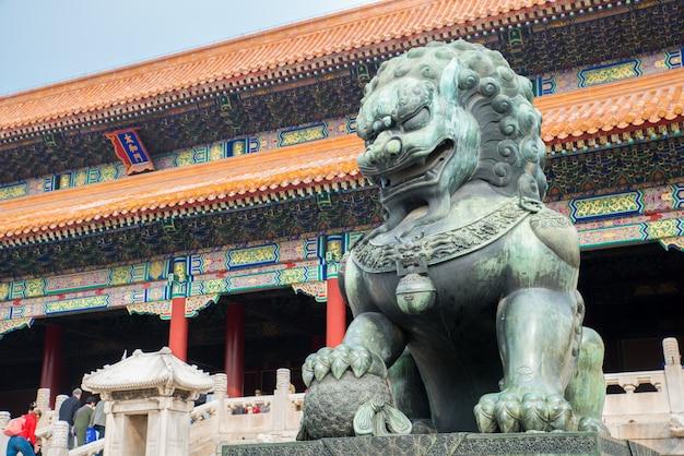 Bronzen leeuw voor de hall of supreme harmony in beijing verboden stad