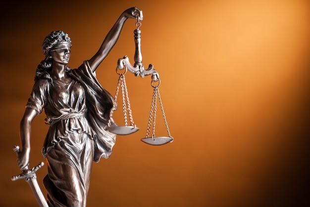 Bronzen standbeeld van justitie die schalen steunt