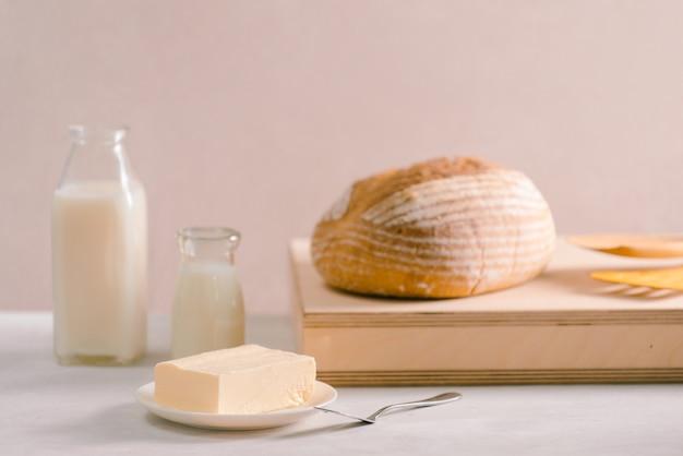 Brood bakken en boter op houten snijplank. eenvoudig ontbijt